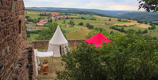 Zeltlager auf einem Nibelungenkrieg